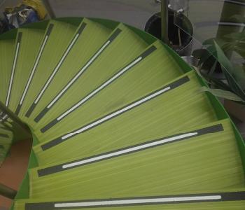Escaleras con bandas antideslizantes fundidas al piso